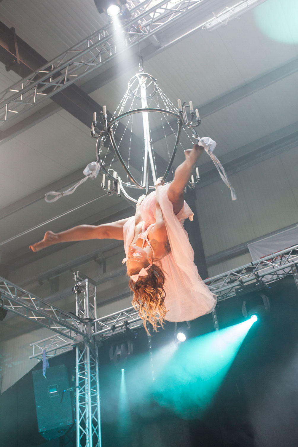 Kronleuchter-aAkrobatik - Flying Chandelier